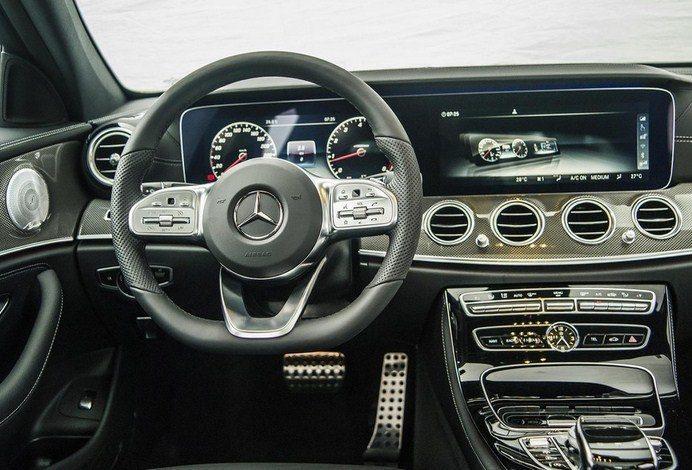 Đánh giá xe Mercedes-Benz E300 AMG 2021